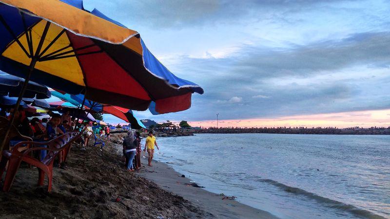 Pesona Matahari Terbenam di Pantai Padang - kumparan