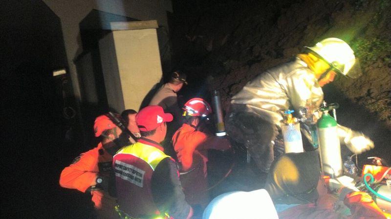Evakuasi mobil tertimbun di Soetta