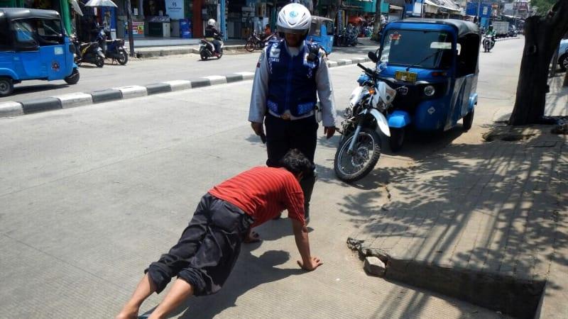 Supir angkot dihukum 'pompa jalan'