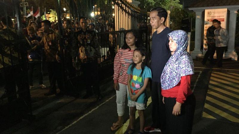 Presiden Joko Widodo menyapa warga