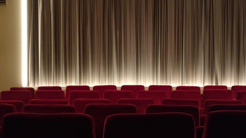 Ilustrasi ruang bioskop film.
