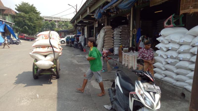 Aktivitas Penjualan Beras di Pasar Cipinang