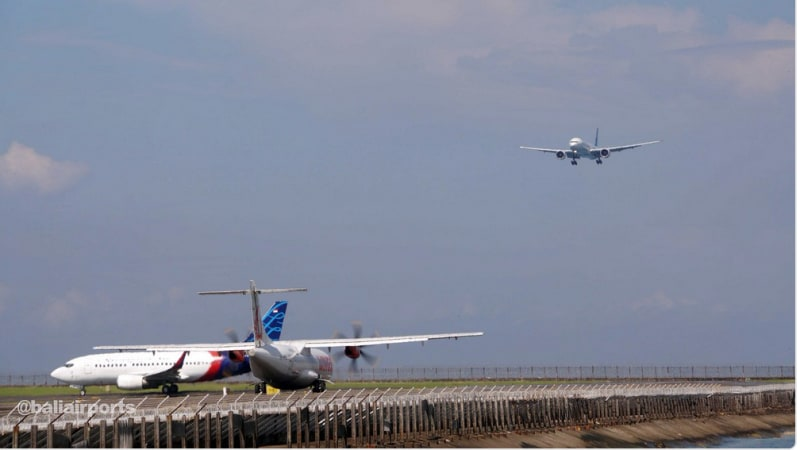 Pesawat terbang di Bandara I Gusti Ngurah Rai