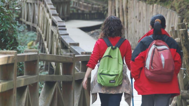 Backpackers sedang trekking di kawasan wisata