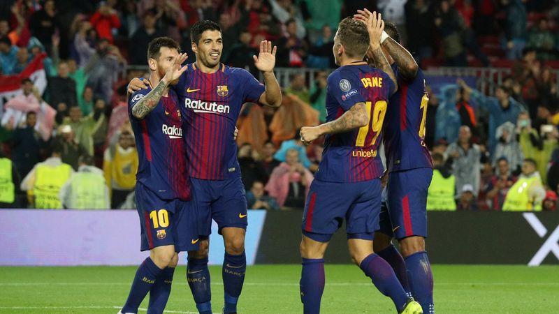 Para pemain Barcelona merayakan gol Lucas Digne