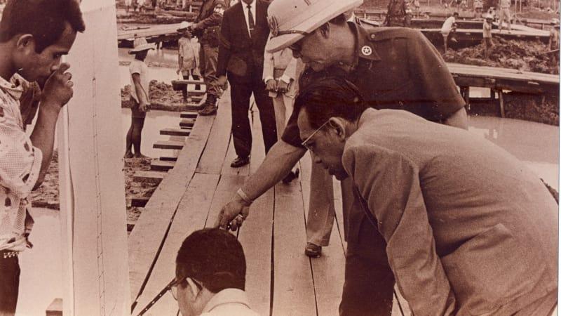 Soekarno mengontrol pembangunan Hotel Indonesia