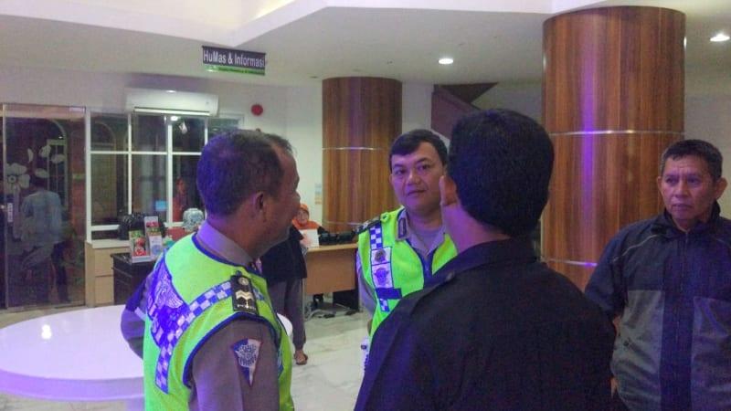 Polisi berjaga di Rs Medika Permata Hijau