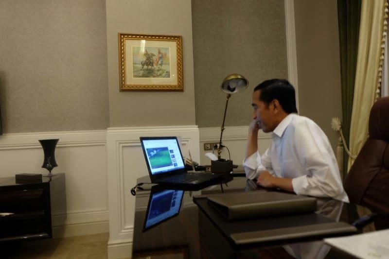 Jokowi menyaksikan final AFF lewat laptop