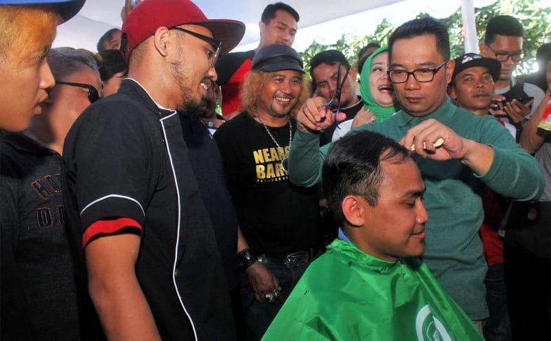Ridwan Kamil di acara cukur rambut gratis