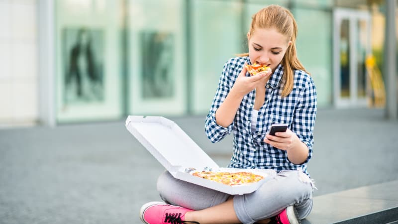 Ilustrasi makan pizza