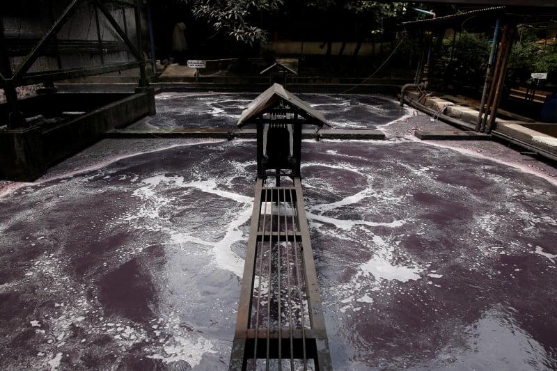 Limbah pabrik di Sungai Citarum