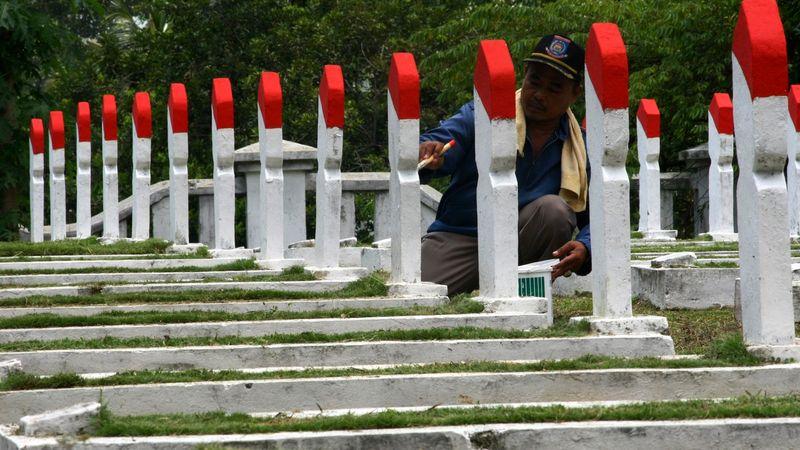 Pengecatan ulang pusara di TMP Seribu, Serpong