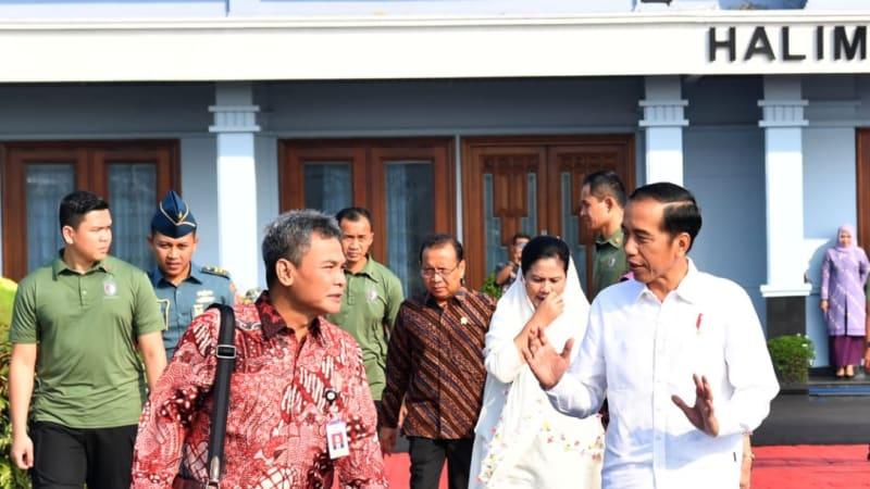 Jokowi dan Iriana saat hendak bertolak ke Papua