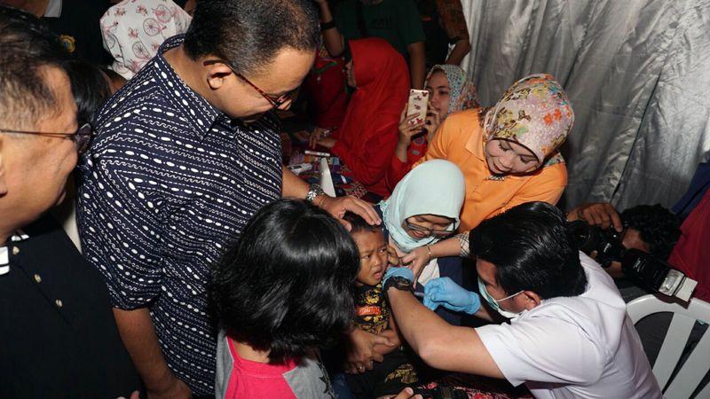 Anies Baswedan menghadiri vaksinasi Difteri.