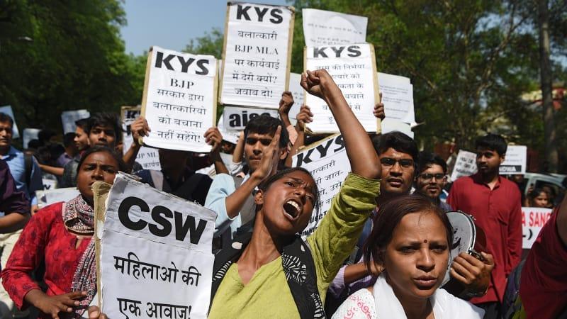 Perkosaan dan Pembunuhan Bocah 8 Tahun Picu Ketegangan di India - kumparan kumparan.com India seakan tidak pernah jera. Sejak kasus perkosaan 2012 yang mendunia, kekerasan seksual justru meningkat jumlahnya.