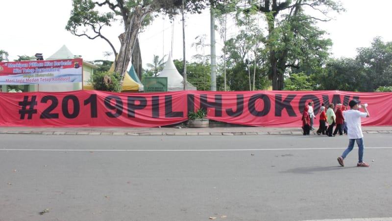 Aksi relawan #2019gantipresiden dan #2019tetapjokowi di Medan