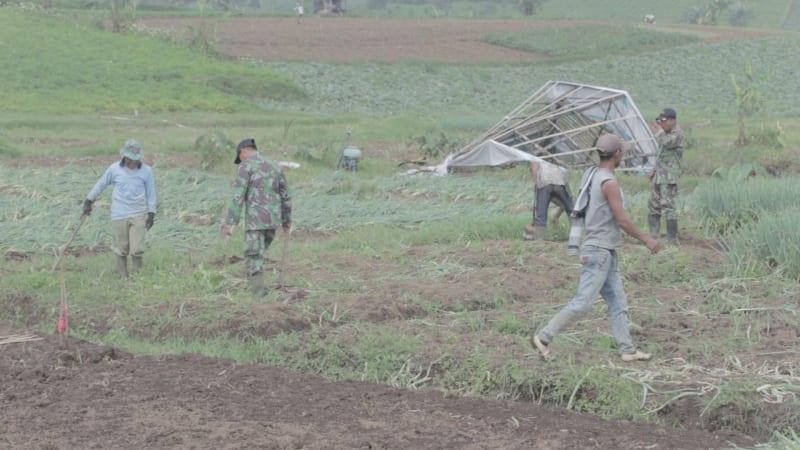Tentara dan warga melakukan penanaman