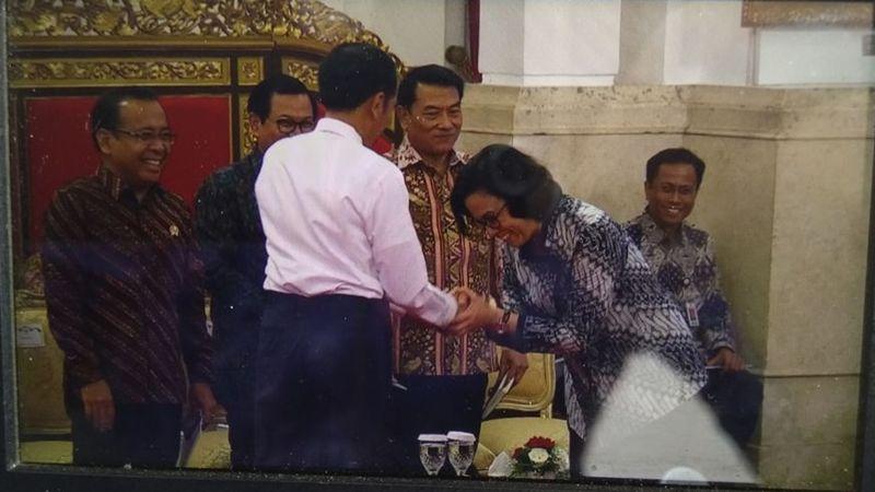 Joko Widodo menyalami Sri Mulyani