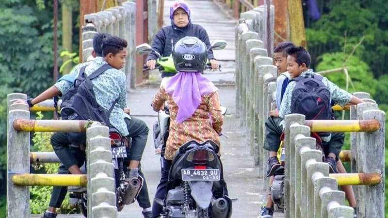 Seorang ibu pengendara motor
