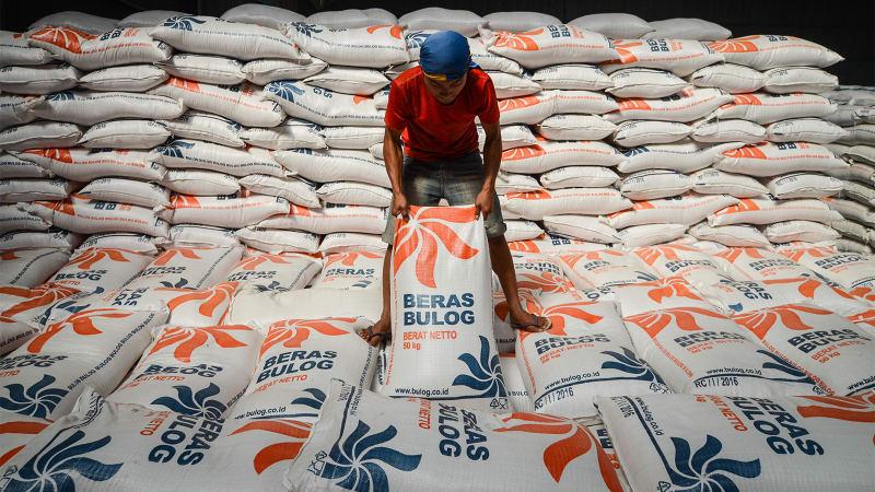 Bongkar muat beras Bulog
