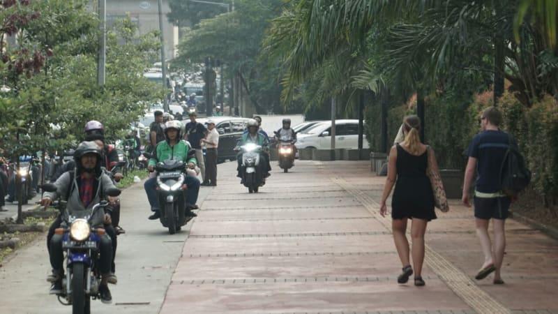 Hasil gambar untuk motor nerobos trotoar