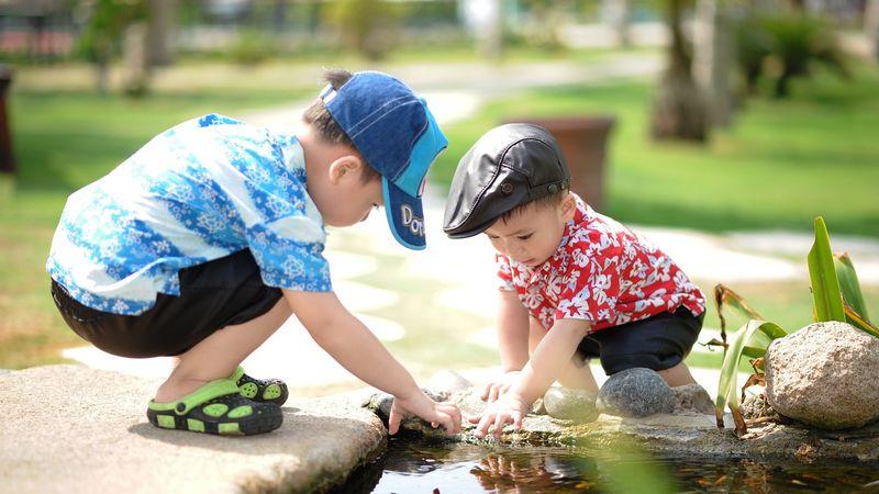Anak-anak bermain ikan