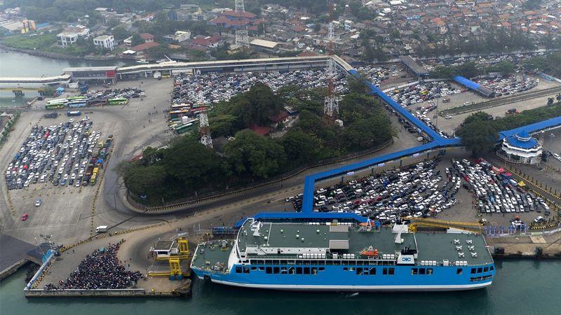 Pelabuhan Merak dipadati para pemudik