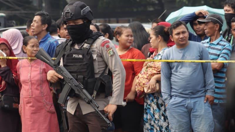 Polisi mengamankan TKP bom Kampung Melayu