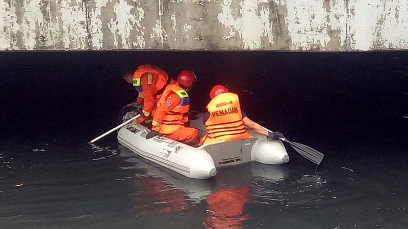 Petugas damkar mencari buaya di Kali Angke
