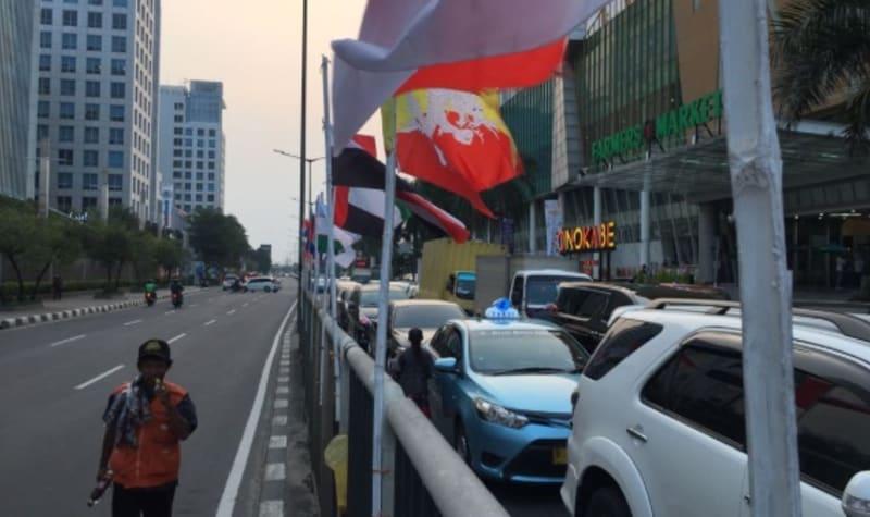 Bendera peserta Asian Games dipasang seadanya dengan bambu di Pluit