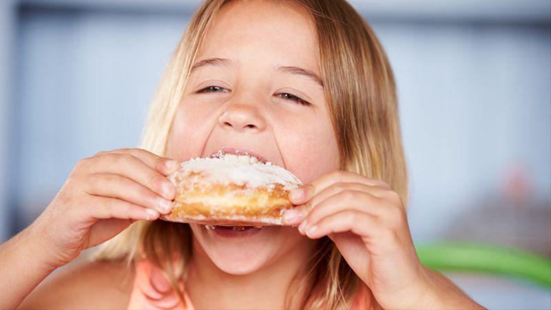 Anak mengonsumsi gula