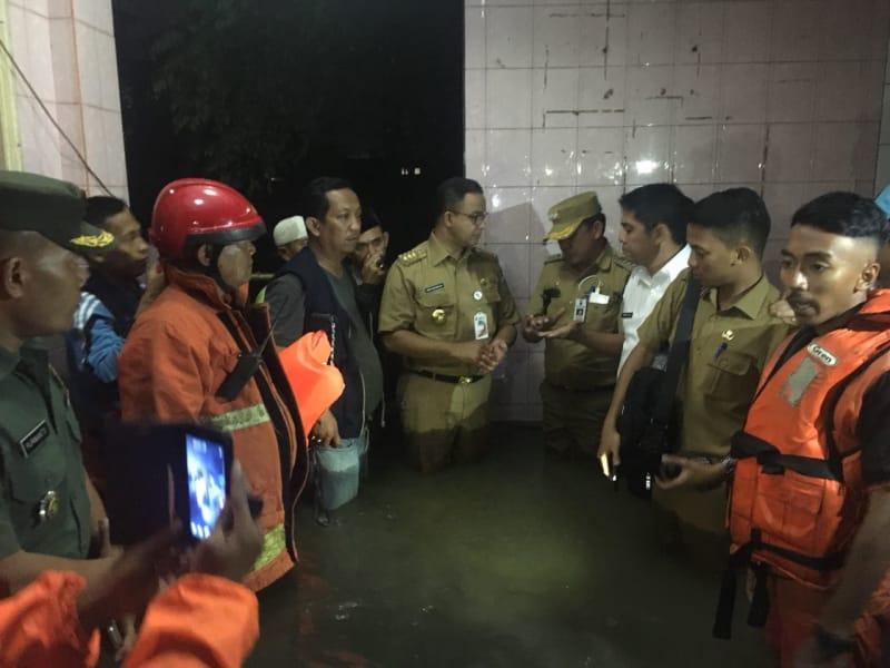 Anies Baswedan meninjau banjir di Jati Padang.