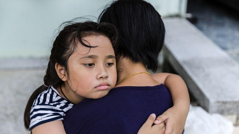 Ilustrasi anak memeluk ibunya