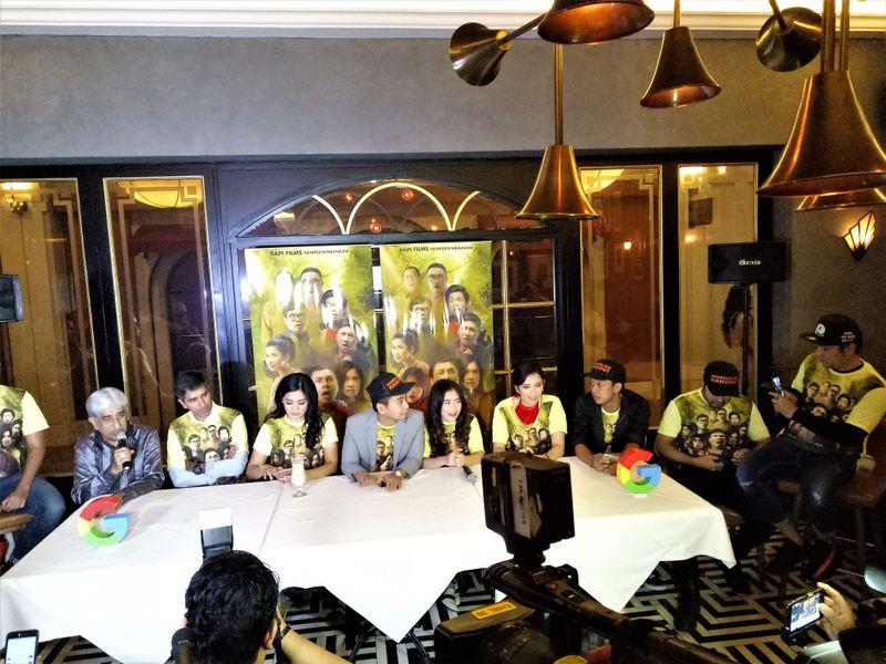 """Raditya Dika Bersama Sejumlah Pemain Film """"Hangout"""""""