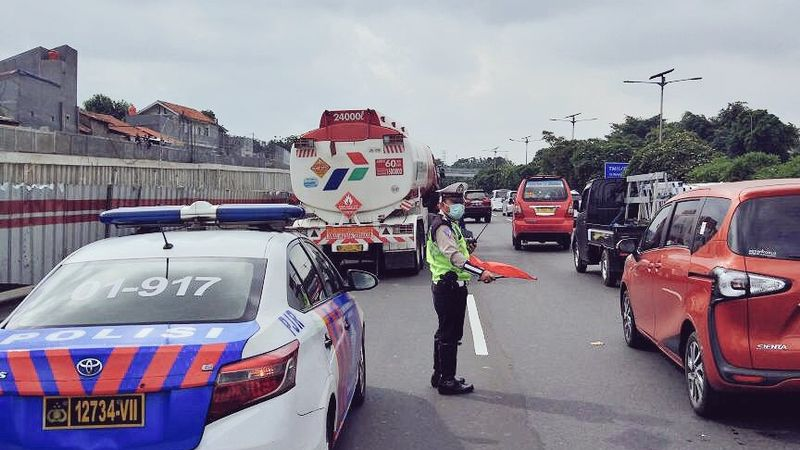 Kecelakaan truk tangki di Tol Cawang