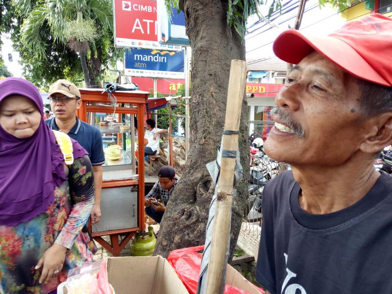 Pak Tata, penjual makanan ringan khas Betawi di Pasar Depok Jaya