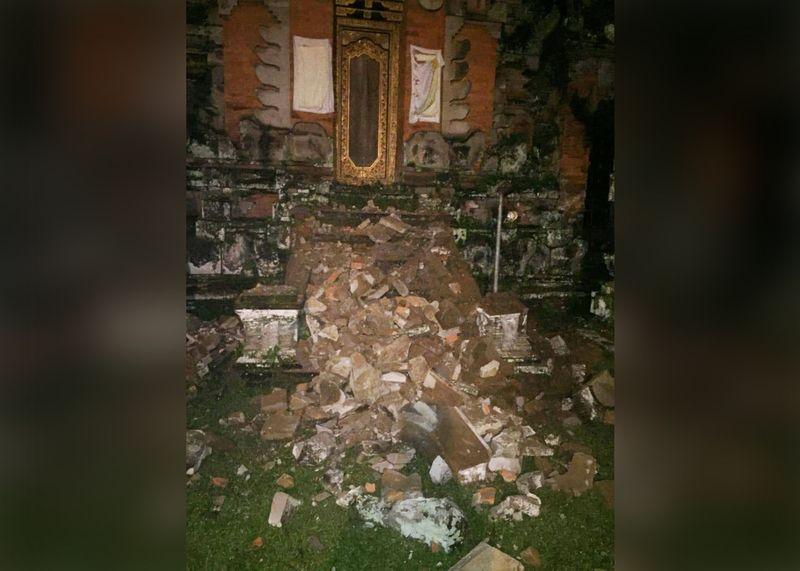 Pura di Sayan, Ubud, Bali, runtuh terdampak gempa.