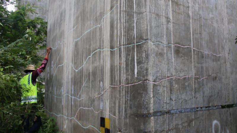 Retak di Jembatan Cisomang