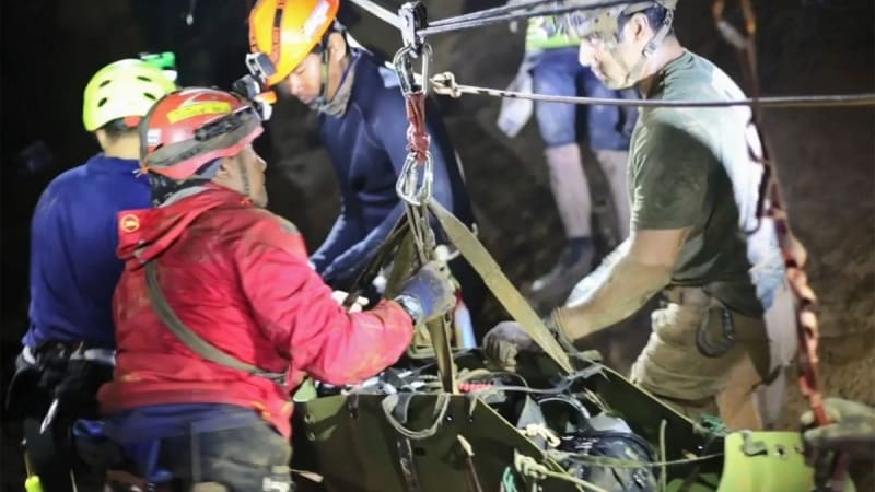 Penyelamatan anak yang terjebak di gua