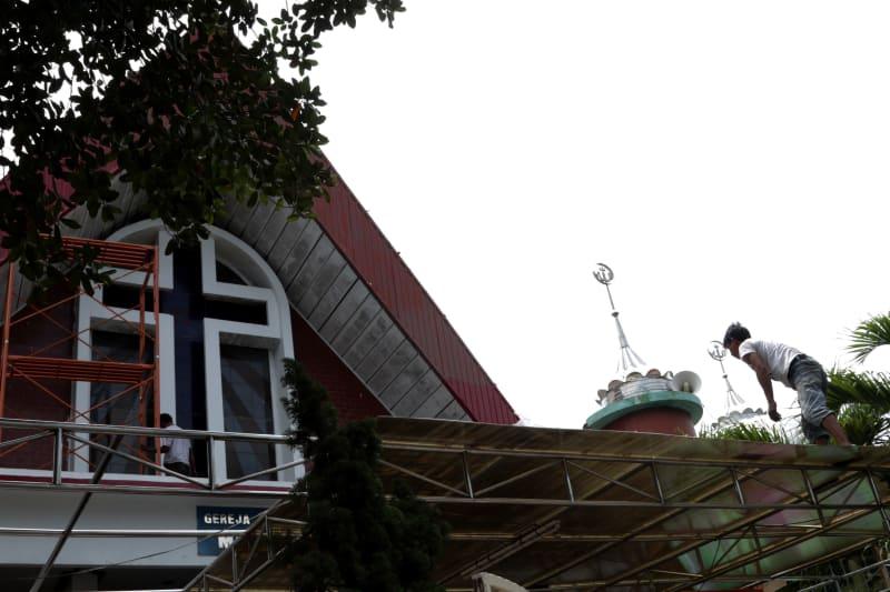 Gereja Protestan Mahanaim dan Masjid Al-Muqorrobin yang bersebelahan di kawasan Tanjung Priok