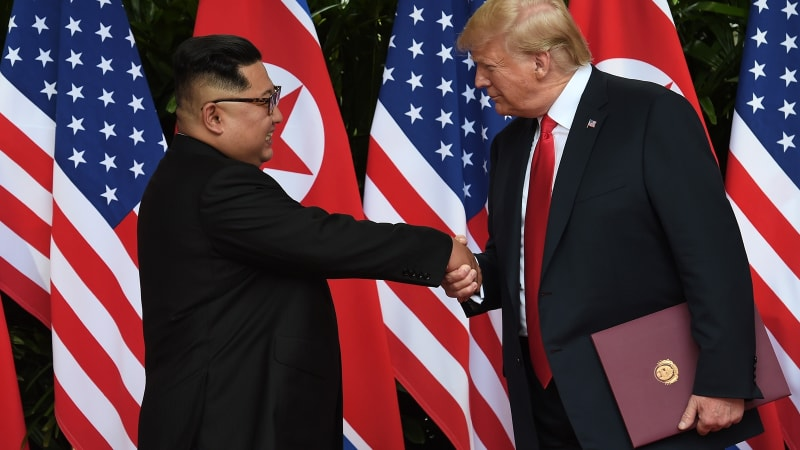 Kim dan Trump saling berjabat tangan