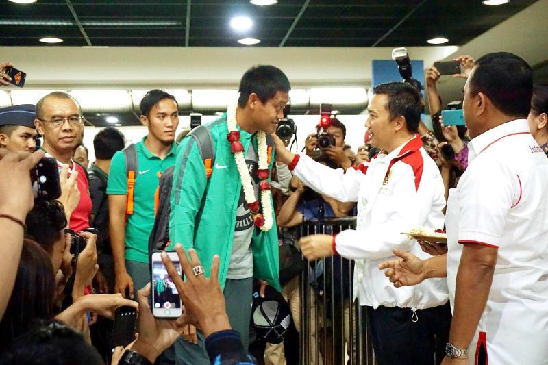 Timnas Indonesia disambut oleh warga Indonesia