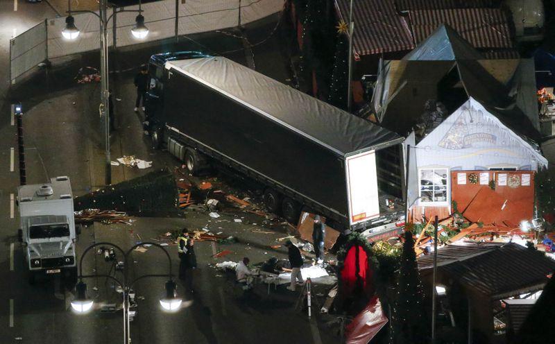 Truk menabrak kerumunan warga di pasar Natal Belin, menewaskan 12 orang.