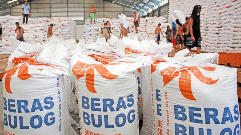 Pekerja Mengangkut Beras Impor dari Thailand