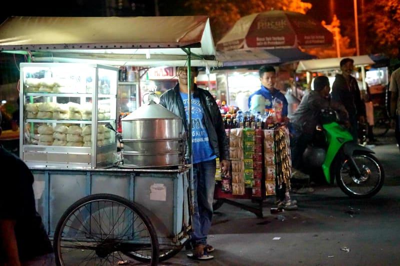 Penjual bakpao dan penjual minuman berjualan secara berdampingan