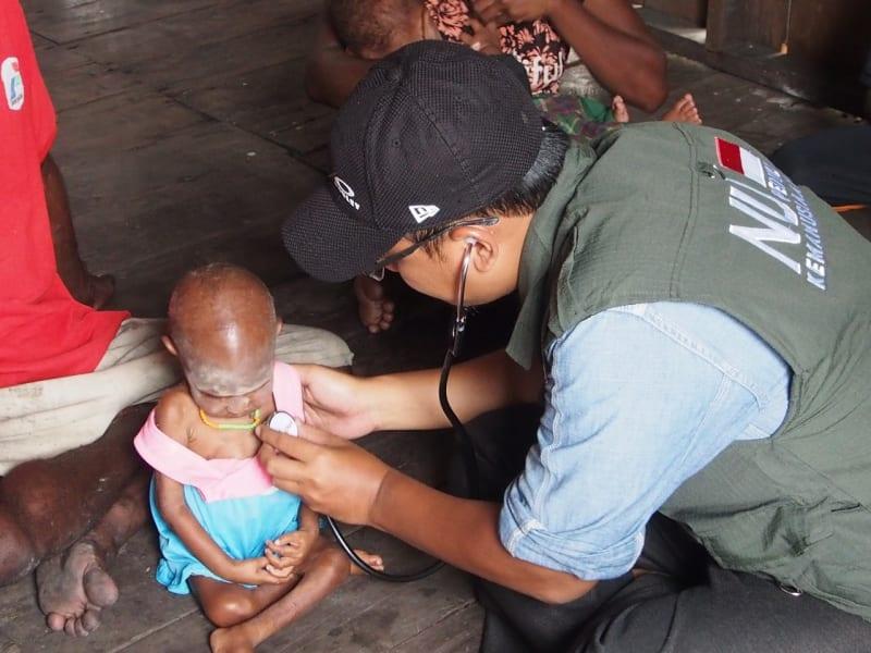 Anak di Asmat diperiksa kesehatannya