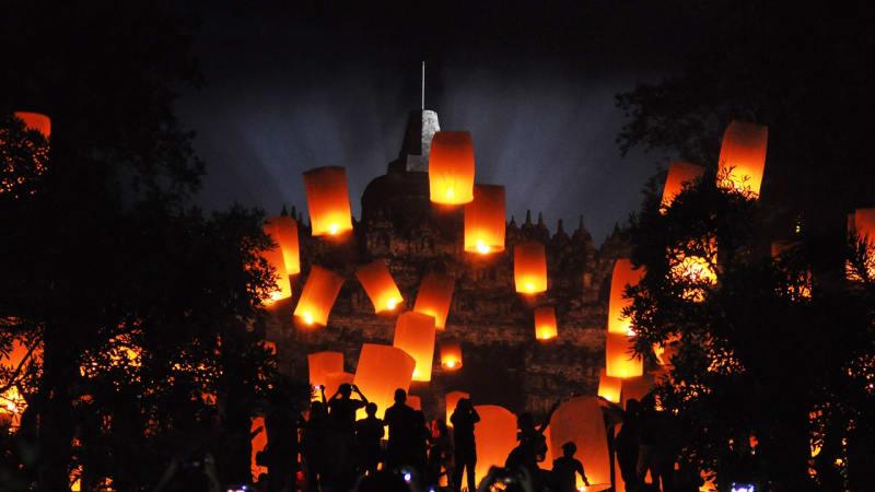 Lampion tahun baru di Borobudur. Foto: ANTARA FOTO/Anis Efizudin