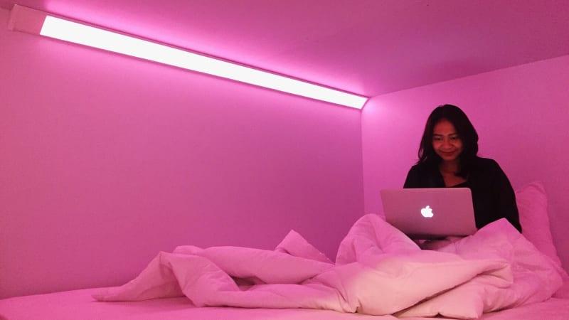Lampu Kamar di Bobobox  Berwarna Merah Muda