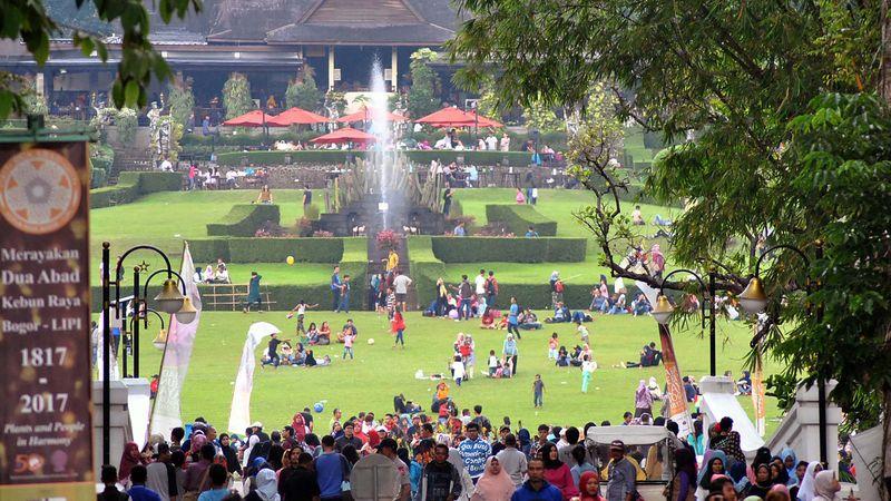 Wisatawan di Kebun Raya Bogor