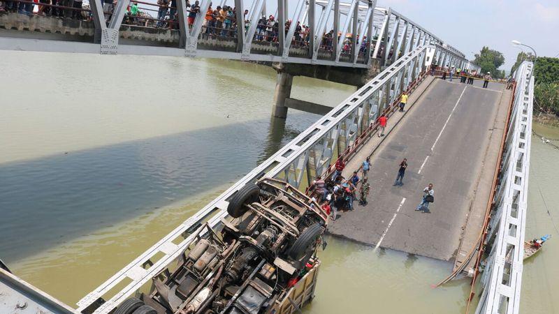Jembatan di Tuban ambruk